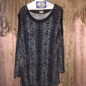 *Gently Used* Blue black and white Avenue top